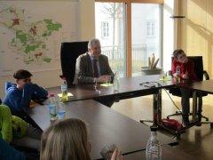 Herr Erster Bürgermeister Hainzinger mit der Klasse 4 b der Grund- und Mittelschule Odelzhausen